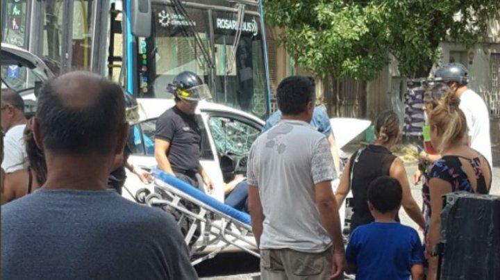 Diez heridos por el choque de un auto y un colectivo en barrio Abasto