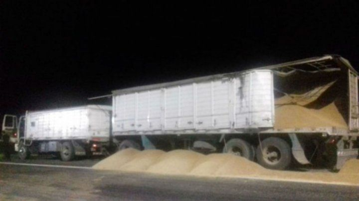 Al suelo. El camión que llevaba cereal perdió la carga.