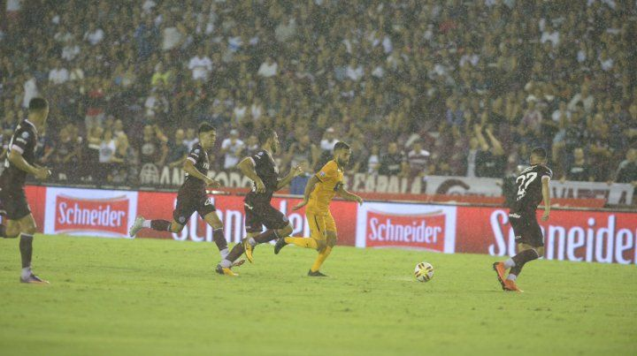 Entre la bruma. Allione es perseguido por dos jugadores granates. Central se perdió en el sur bonaerense.