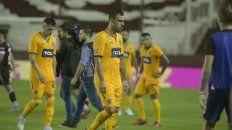 Final triste. Parot y Herrera dejan la cancha granate tras la dolorosa derrota.