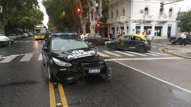 Dos policías heridos al chocar contra un taxi durante una persecución