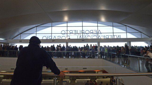 El aeropuerto de Rosario repleto de gente. Una postal que se observa cada vez con mayor frecuencia.