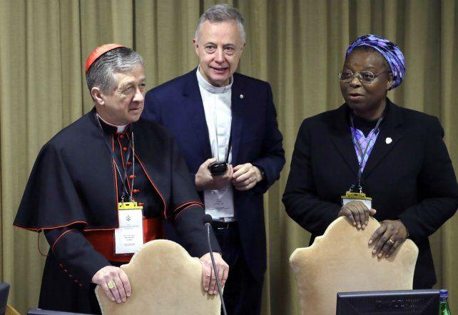 De frente. La monja Verónica Openibo junto al arzobispo de Chicago Blase J. Cupich