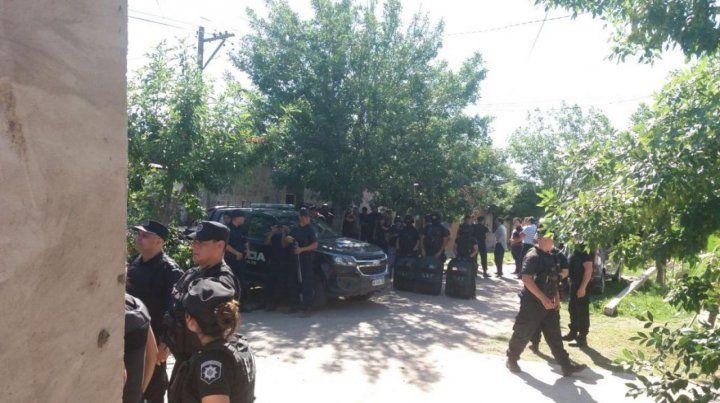 Un centenar de policías estuvieron en la escena donde el homicida asesinó a cuatro mujeres y un joven.