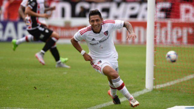 El volante convirtió su primer gol con la camiseta leprosa ante Chacarita.