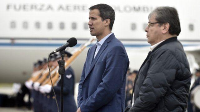 Honores. Guaidó llegó ayer a Bogotá. A su lado