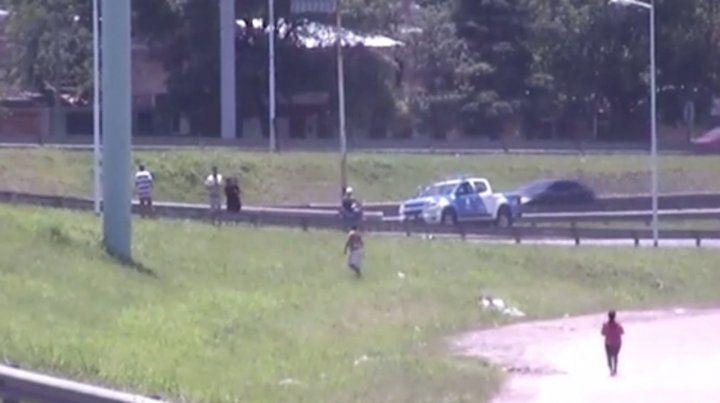 El momento. La policía acudió al lugar minutos después del hecho.
