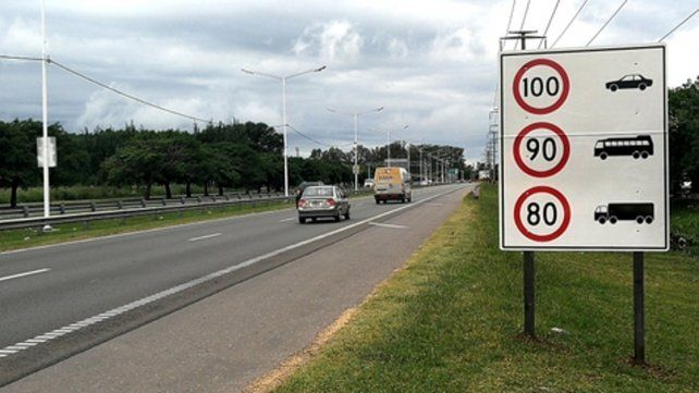 Preparados. Los carteles con las velocidades permitidas ya fueron instalados. Falta el aval oficial.