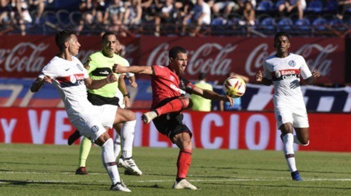 Pegada. Maxi Rodríguez le dio con precisión y la pelota salió al lado del palo en el partido con el Ciclón. Si la Fiera aparece