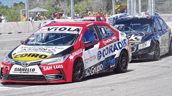 Adelante el 6. El local Pezzini llevó al Toyota Corolla a ver la primera bandera a cuadros de la temporada en el autódromo de La Pedrera. Atrás lo persigue Pipkin.