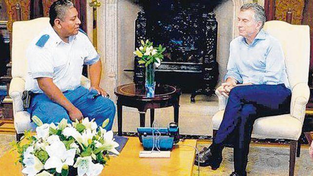 Encuentro. Macri recibió al policía Chocobar en la Casa Rosada.