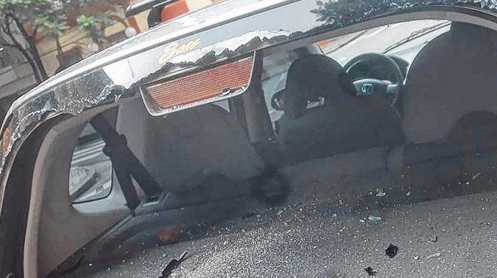 Sin luneta. Así quedó la parte trasera de un Honda Fit tras recibir varios piedrazos.