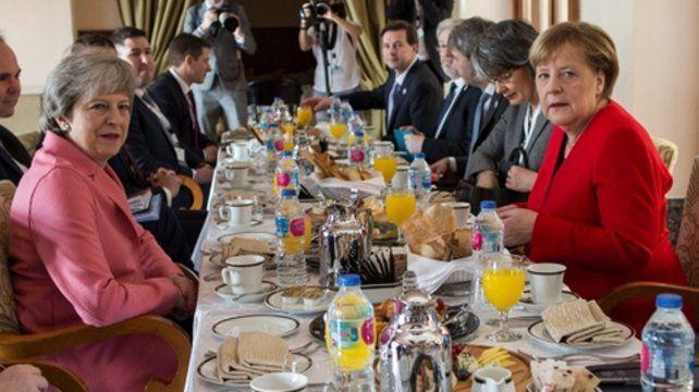 May y los líderes europeos aprovecharon la cumbre en Egipto con la Liga Arabe para seguir las frenéticas negociaciones