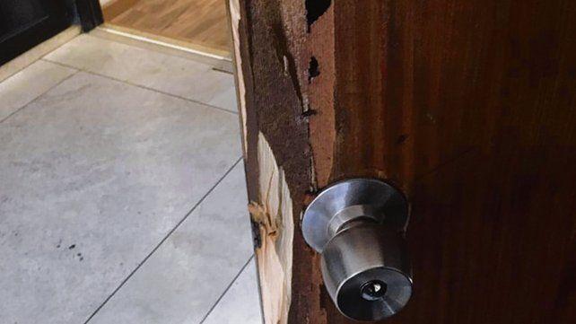 Violentada. Una de las puertas barreteadas por los ladrones el fin de semana.