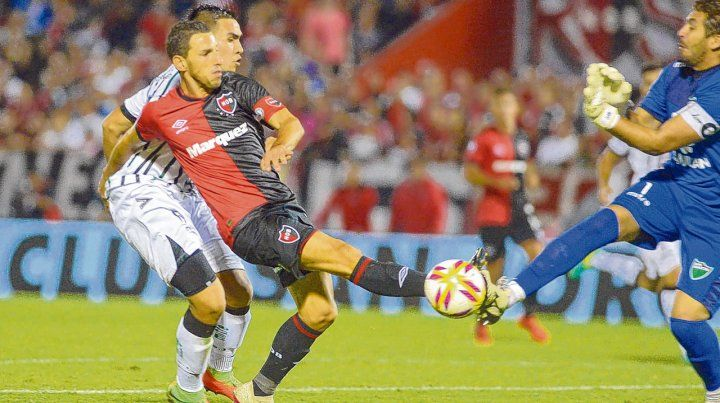 Penalazo. La pierna derecha de Maxi Rodríguez recibe el cruce desesperado del arquero Ardente. El juez no dudó y Formica convirtió desde los doce pasos el primer gol en una noche redonda para Newells.