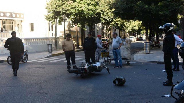 Huyó de un control y chocó contra un auto frente a la plaza San Martín