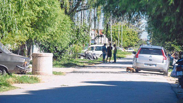 charlando. Los chicos baleados estaban apoyados en la culata del Renault 12 que se ve a la izquierda.