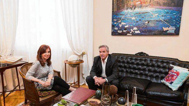 Cristina recibió a Solá en su departamento de la Recoleta.