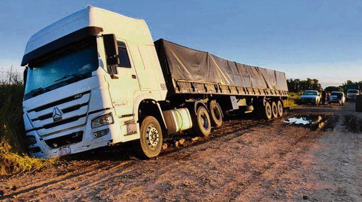 Encajado. El camión paraguayo quedó clavado de punta en una zanja.