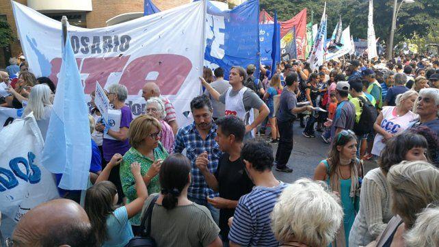 La marcha contó con masiva participación de organizaciones gremiales y sociales.