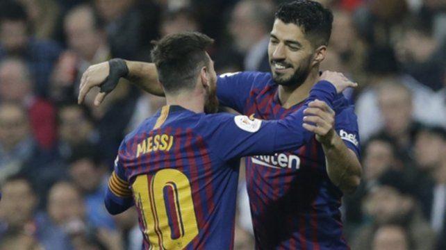El abrazo de un amigo. Messi felicitó a Suárez por los goles en la gran victoria.