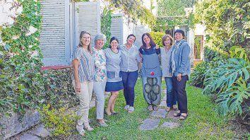 Educadoras integrantes de la Red Cossettini, en el jardín de la casa de las maestras de la Escuela Serena, Olga y Leticia.