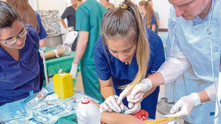 Al Hospital de Simulación se suman los estudiantes de medicina para adquirir destrezas técnicas.