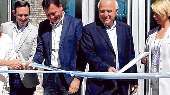 Corte de cintas. El intendente Raimundo y el gobernador junto a otras autoridades inauguraron las obras.
