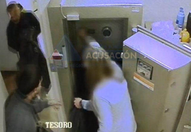 El video del robo a una sucursal bancaria del barrio Tiro Suizo