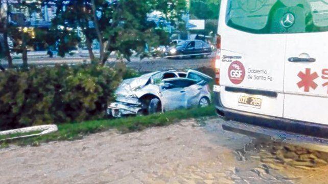Impacto. El choque del Renault contra un árbol ocurrió a las seis de la mañana. Falleció un hombre de 44 años.