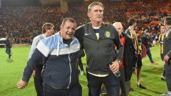 Buen momento. El que vivieron Martín Lucero y Edgardo Bauza el día de la consagración auriazul en la Copa Argentina.