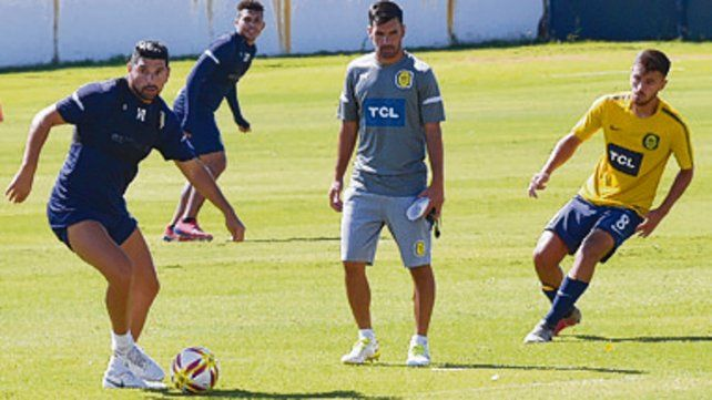 Ensayo. Ortigoza domina el balón ante la atenta mirada del técnico Paulo Ferrari.
