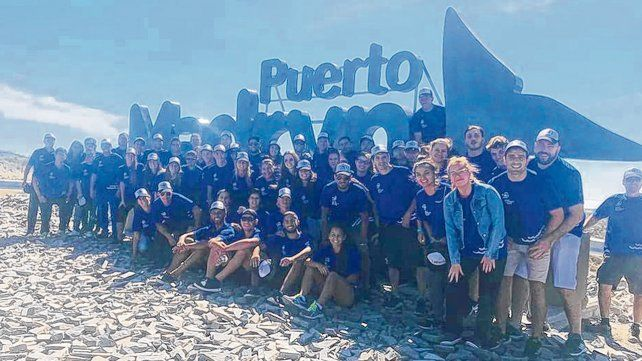 Santafesinos. Los deportistas provinciales llegaron ayer y se fueron directo al mar a sacarse la foto típica de Madryn.