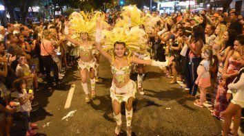 A puro ritmo. Por estos días todo el brillo y el color del carnaval se vienen adueñando de los distintos barrios de la ciudad.