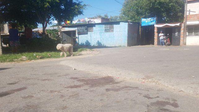 Las manchas de sangre en las calles de la zona sur donde anoche asesinaron a dos personas e hirieron a siete más.