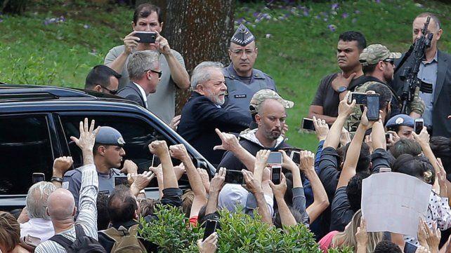 Partidarios. El ex mandatario saluda a simpatizantes que fueron a su encuentro.