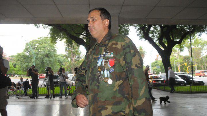 Héroe. El ex combatiente Jorge Altieri en un homenaje reciente. Perdió un ojo en Monte Longdon y sufrió hemiplejia.