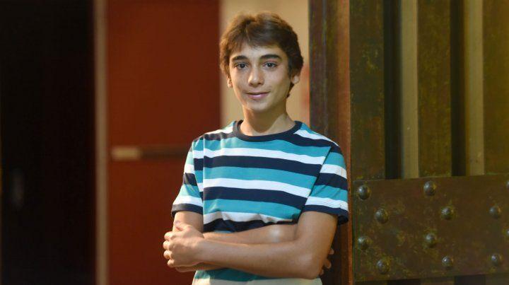 Santino trajo a La Capital el libro que escribió con sus compañeros de curso.