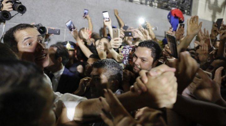 Feliz. Guaidó se da un baño de multitudes en Buenos Aires la noche del viernes pasado