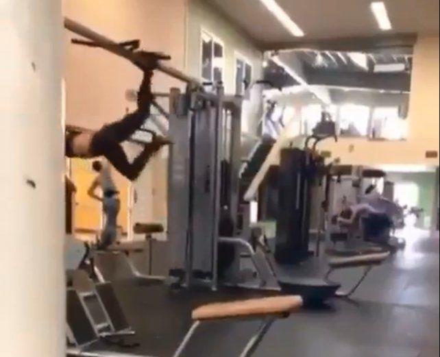 Una chica sorprende volando durante su rutina de gimnasio