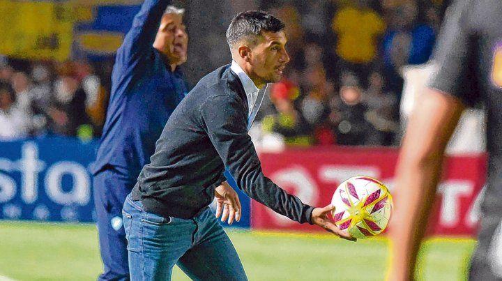 En el debut. El Loncho apuraba el juego alcanzando la pelota para que su equipo lograra empatar ante Sol de Mayo.