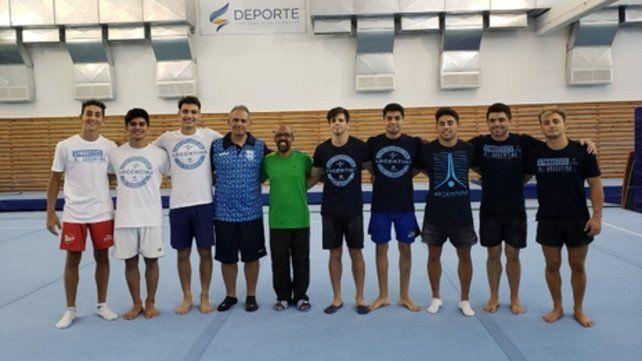 Juntos. Gimnastas y entrenadores santafesinos y el brasileño Goto (en el centro).