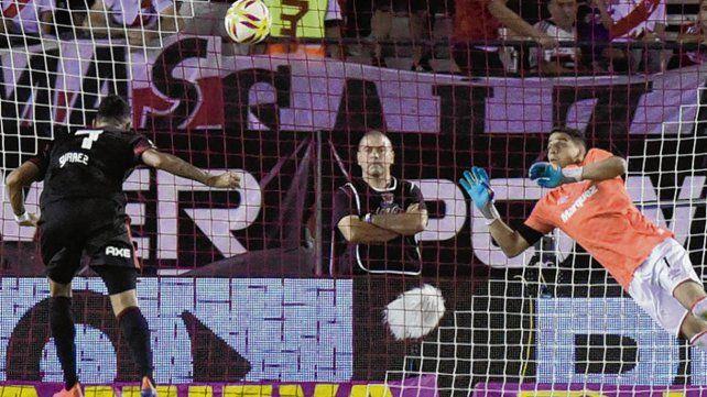 Sin oposición. Matías Suárez salta en soledad y la ubica a la izquierda de Alan Aguerre.