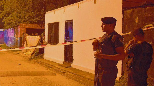 Violencia. El viernes fue asesinado el suegro del Pollo Bassi y su pareja cuando tomaban mate en Isola al 300 bis.