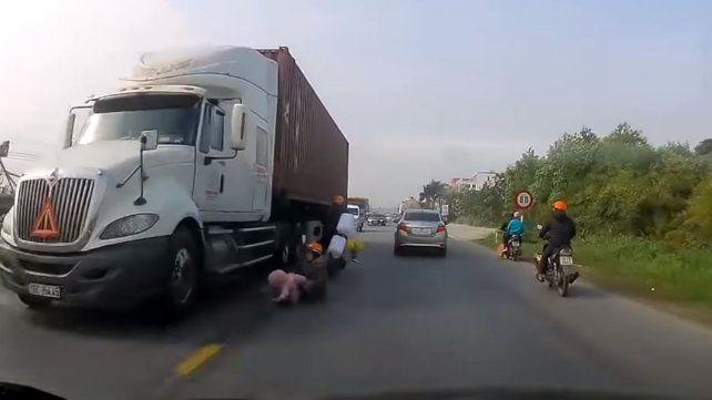 Una madre logró salvar a su hijo de ser pisado por un camión