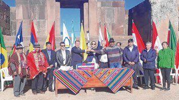 En la Puerta del Sol. Los representantes, con las banderas de los 14 países participantes, en la tradicional ceremonia.