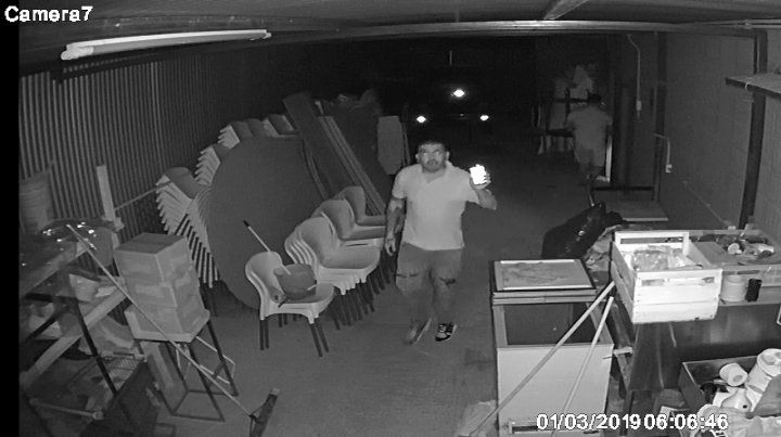 Uno de los ladrones quedó filmado en las cámaras del salón de fiestas.