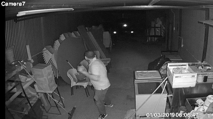 Robaron cien mil pesos en cubiertos de un salón de fiestas y quedaron filmados