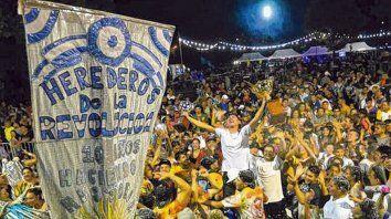 Ganadores. Los integrantes de la comparsa de barrio Molino Blanco festejan con la copa en alto.