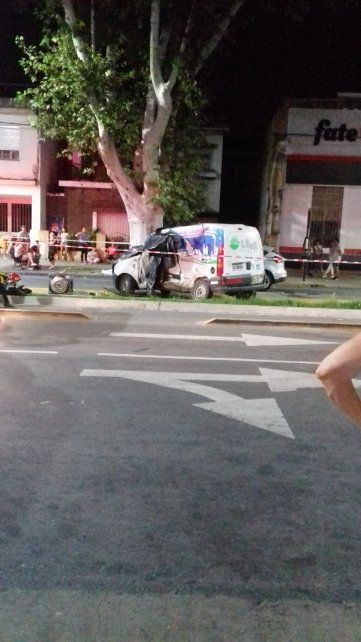 La Kangoo fue impactada en el costado izquierdo del vehículo, del lado del conductor. (Foto vía Twitter)